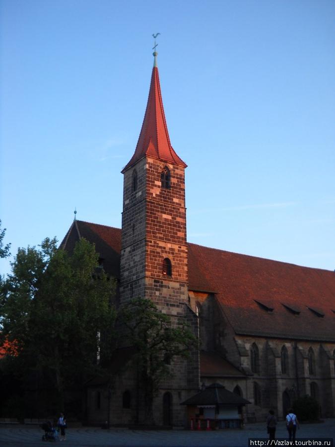 Здание церкви с угла