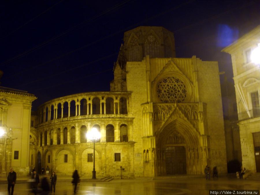Plaza de la Virgen вечером