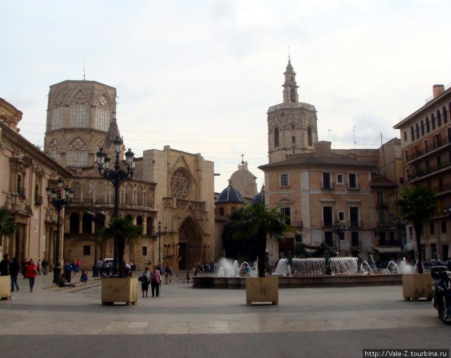 Plaza de la Virgen днем