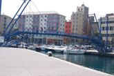 Пассажирский порт соединен разводным мостом. Каждый выход и заход крупной яхты — подъем моста. Здесь даже установлены светофоры и шлагбаум для пешеходов.