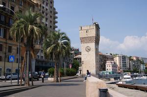Смотровая башня с флагом города и часами. Когда-то казалась высокой. А теперь заходящие лайнеры смотрят на нее свысока.