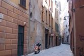 Кроме центральной улицы, остальные узкие, как строили в средние века. Машинам на них не разъехаться.