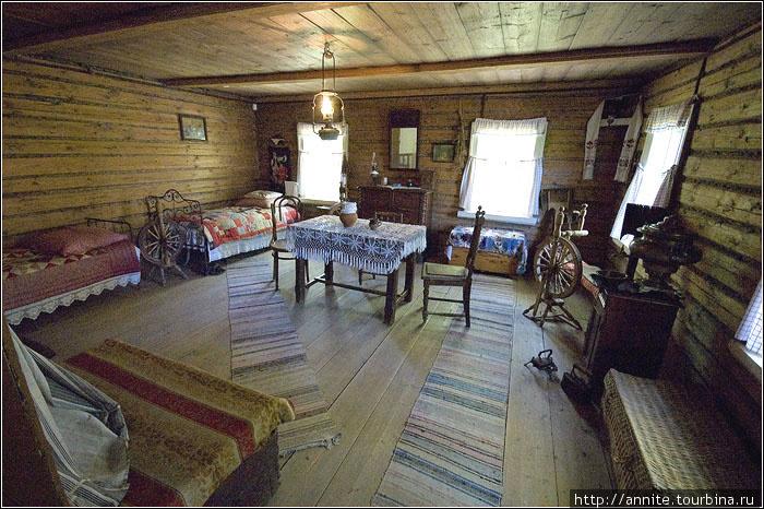 Флигель-кухня. Комната горничных Анюты и Машуты.