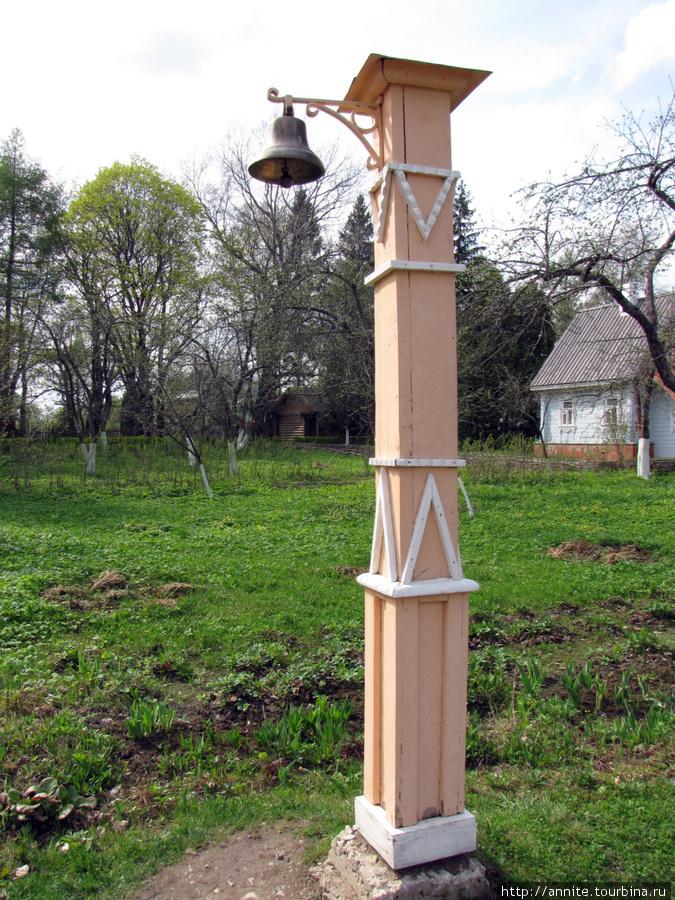 Столб с колоколом. Звон колокола служил сигналом собираться к обеду.