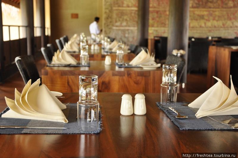 Вот уж чего не ожидаешь, так это подчеркнутого шика в убранстве ресторана... когда приезжаешь в отель над рисовым полем. Экошик — будто контрапункт в идее Vil Uyana.