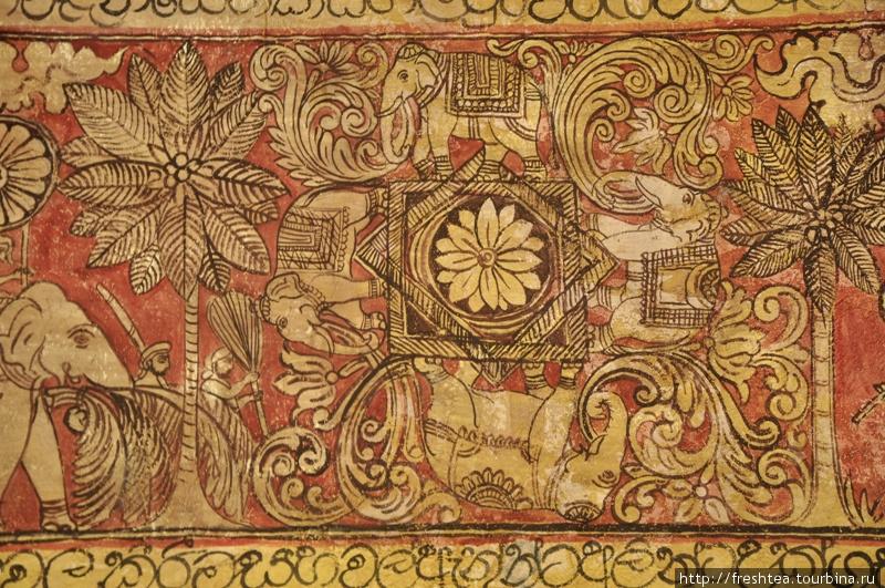 Стена ресторана отеля Vil Uyana сплошь покрыта изысканными рисунками на тему жизни здешних правителей и крестьян в древности. Слоны и кокосовые пальмы (тамбили, как их называют здесь) — основные образы этих росписей.