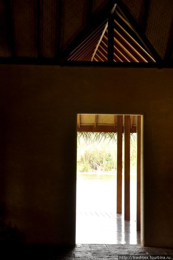 Дышится здесь легко даже в зной — тростниковые крыши и перекрытия из древесины кокосовой пальмы здесь используют для строительства жилья с древности.