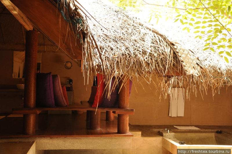Под сенью тростниковой крыши укрылся и внутренний дворик, и просторная ванная.