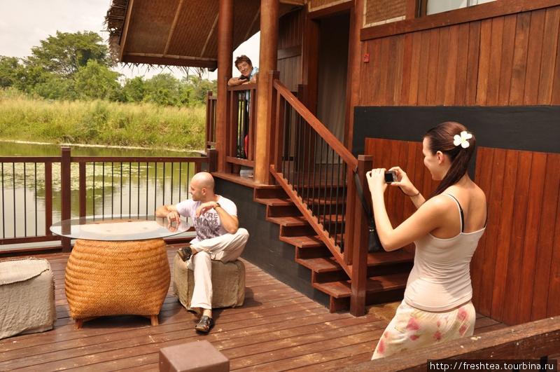 Кто бы мог подумать о таком антураже  на скромнице Шри-Ланке?  Заехав сюда целым семейством, почему бы не устроить фотосессию? Иначе станешь рассказывать, вернувшись домой, — не поверят!