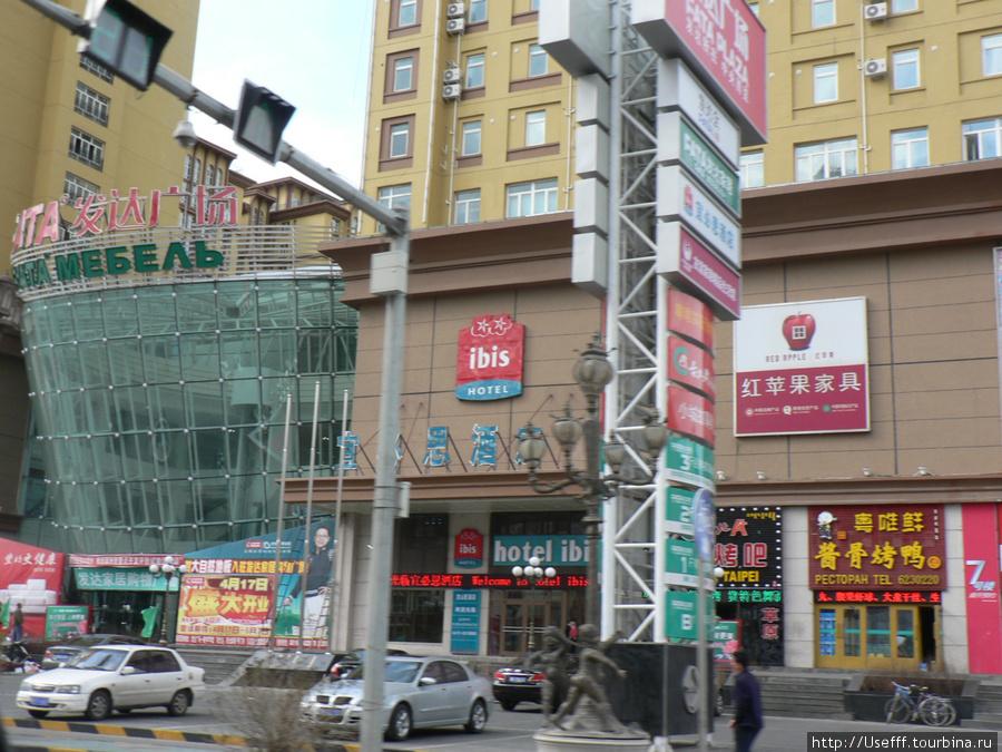 Многочисленные магазинчики, забегаловки и гостиницы в центре Манчжурии