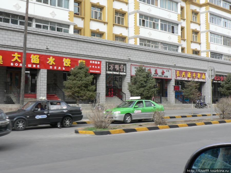Такси в Манчжурии преимущественно зеленого цвета. Бывают еще красные и черные (очень редко). 99% такси оборудованы решеткой, отгораживающей водителя от пассажиров.