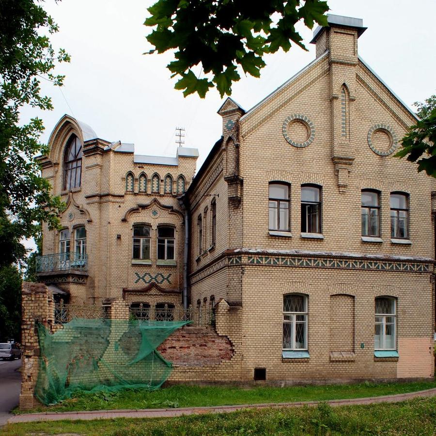 Красивый фасад здания, в котором находится музей.