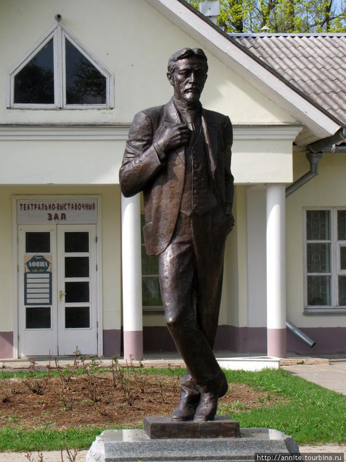 Памятник Антону Павловичу в полный рост.