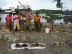 В Помако папуасы ловят и продают рыб и морских гадов