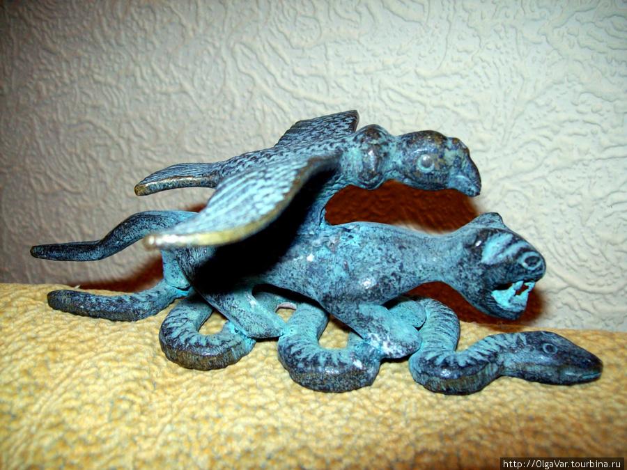 А это бронзовая статуэтка — триединство Перу, символом чего были змея, пума и кондор. Но это головная боль других любителей старины