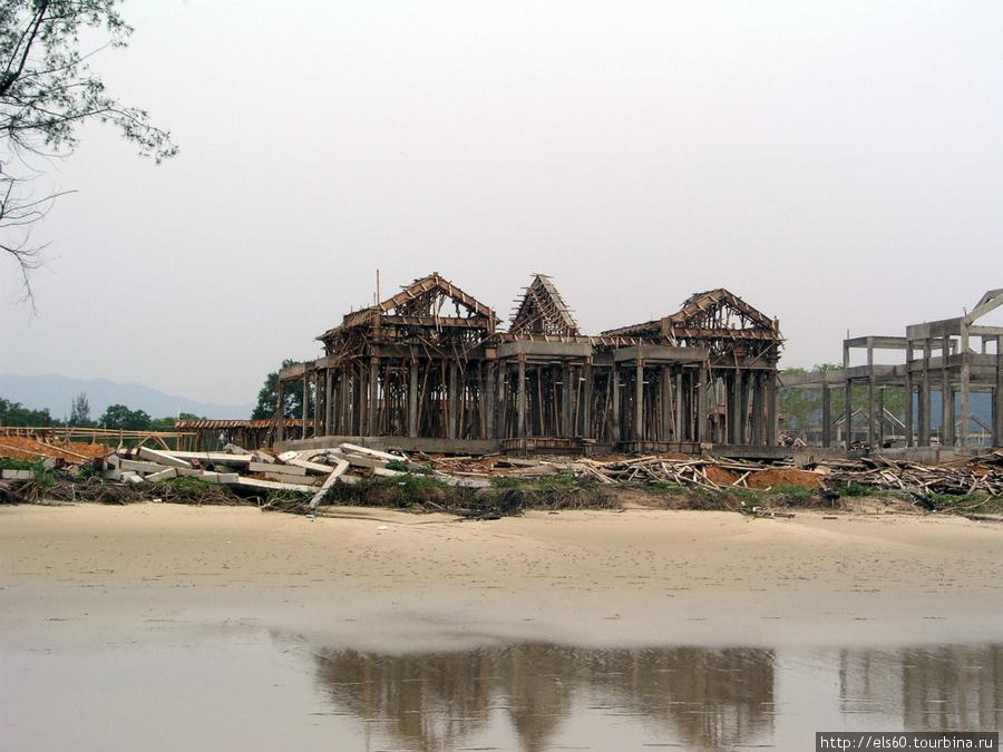Эти живописные руины мы встретили прогуливаясь по берегу