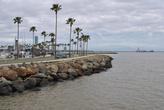 Яхт-клуб отделен от акватории бухты искусственным молом с пальмами.