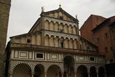 Cattedrale di S. Zeno Самый первый собор San Zeno был построен здесь в V веке, но не дожил до настоящего времени – был разрушен в 1108 г. и выстроен заново, после чего неоднократно перестраивался в XIII, XIV и XV веках. Фасад в романском стиле украшен сверху державой с крестом и двумя фигурками Святого Зено и Святого Джеймса.