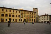 Справа — Chiesa di Santa Maria Cavaliera. Первое упоминание в 979 г., в четырнадцатом веке получила название Cavaliera. Где-то с 16 века используется в гражданских целях, от исходного облика практически ничего не осталось. Далее возвышается Torre di Catilina. Следующее здание — Palazzo Del Coverno, 14 век, сейчас там расположена префектура. Левое здание идентифицировать не удалось, сейчас в нем располагается банк с длинным названием.