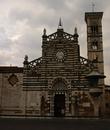 Кафедральный собор. Впервые упоминается в 10-м веке как церковь Санто Стефано. Сегодняшняя церковь построена в 12 веке, колокольня сооружена позднее, в 1356 г.