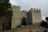Императорский замок. Заложен был в 1240 году, во рвемя правления Фредерика II, на месте крепости семьи Альберти. В 1930 году большая часть была разрушена, и замок приобрел теперешний вид.