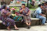 Торговки отдыхают на лавочке на центральной площади