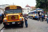Автобусы паркуются недалеко от церкви
