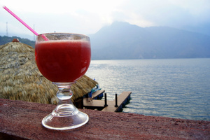 Коктейль в кафе на берегу озера