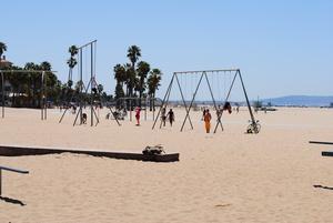 На пляже масса спортивных тренажеров