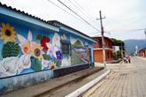 В Апаненке много рисунков на стенах