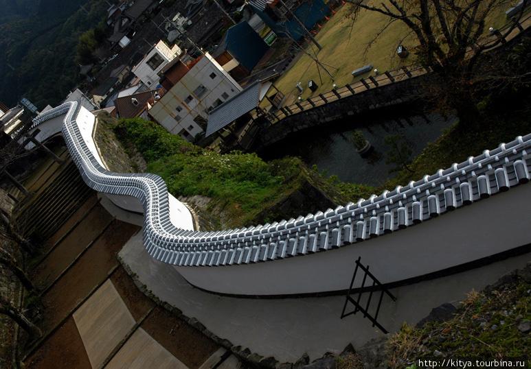 Волнистая стена замка Усуки