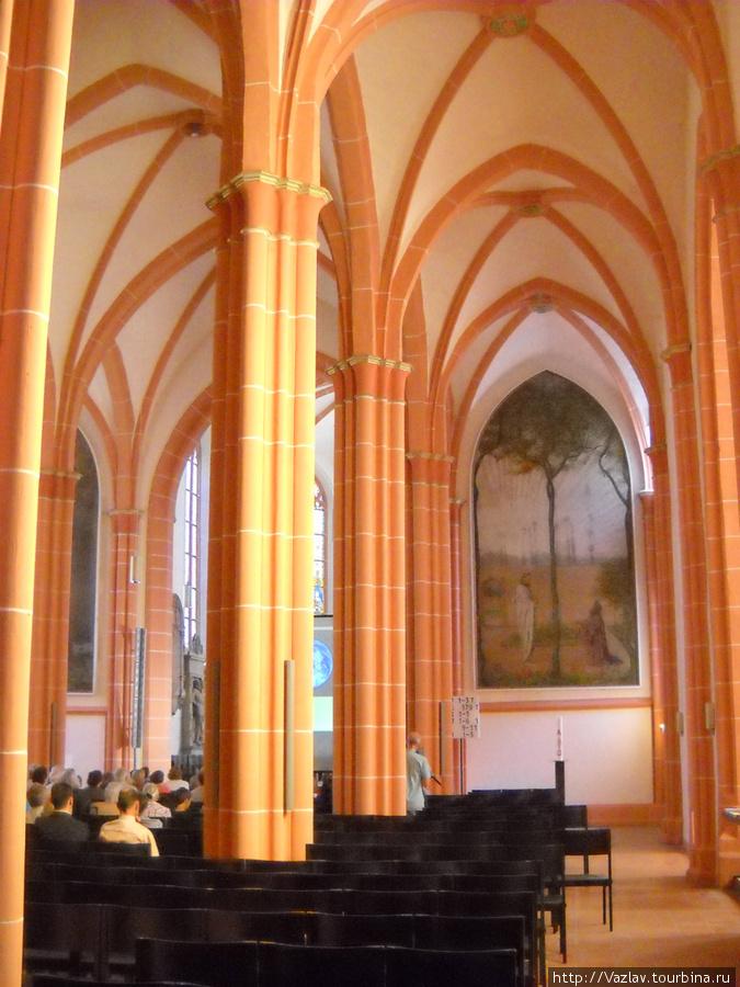 Внутри храма. Слева видны слушатели лекции