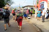 Бэкпакеры на пути к руинам Тазумала