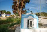 На пересечении дорог греки часто ставят домик-церквушку для икон и лампад. У нас тоже была такая традиция.