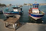 На набережной стоят столики, где рыбаки могут сразу продать свой улов. Зачастую рыба еще живая.
