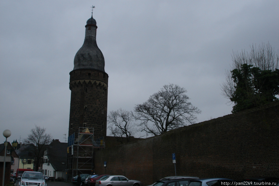На северо-западном углу форбурга расположена высокая круглая башня Юддетурм, с куполом в стиле барокко и венцом машикули. Нижний сводчатый этаж башни, высотой 11 м, использовался как темница. Внешние ворота замка расположены на южной стороне, вдоль которой идет цвингер шириной ок.25 м. С этой же стороны в старину находилась гавань.