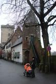 Восточная, рейнская, стена усилена двумя многогранными башнями, южная, называемая Перечницей, до 20 в. служила тюрьмой.