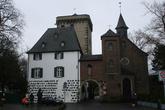 Главными воротами города были Рейнские ворота, расположенные на северной стороне рядом с Рейнской, или Таможенной, башней, построенной в 1388. Шестиэтажная квадратная башня имеет высоту 26 м, длина стороны 9,5 м. Рядом с башней, слева от ворот, находится таможенный дом, справа — привратная часовня.