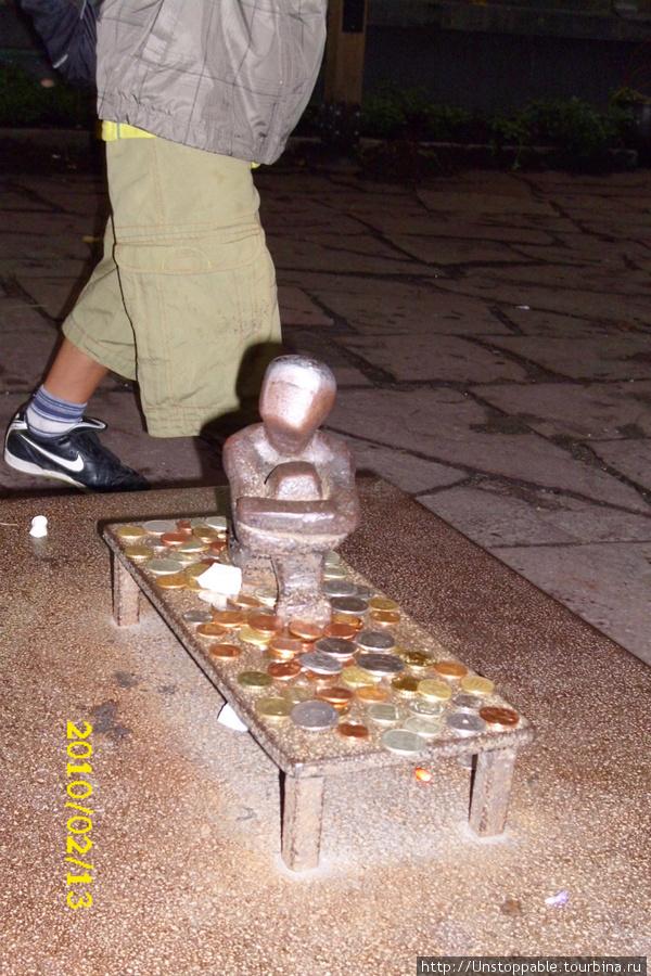 Русские мальчики у финского мальчика:) Когда мы впервые увидели памятник, на экскурсии была детская футбольная команда и Питера:)