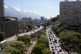 Несмотря на довольно развитую сеть городских магистралей, несчастные автовладельцы стоят в пробке.