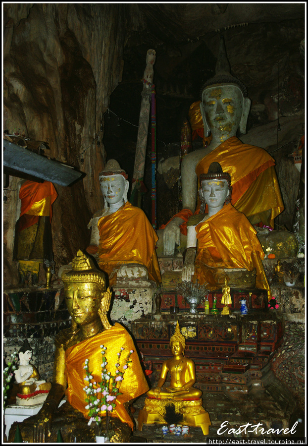 Встречающие монахи у входа в пещеру