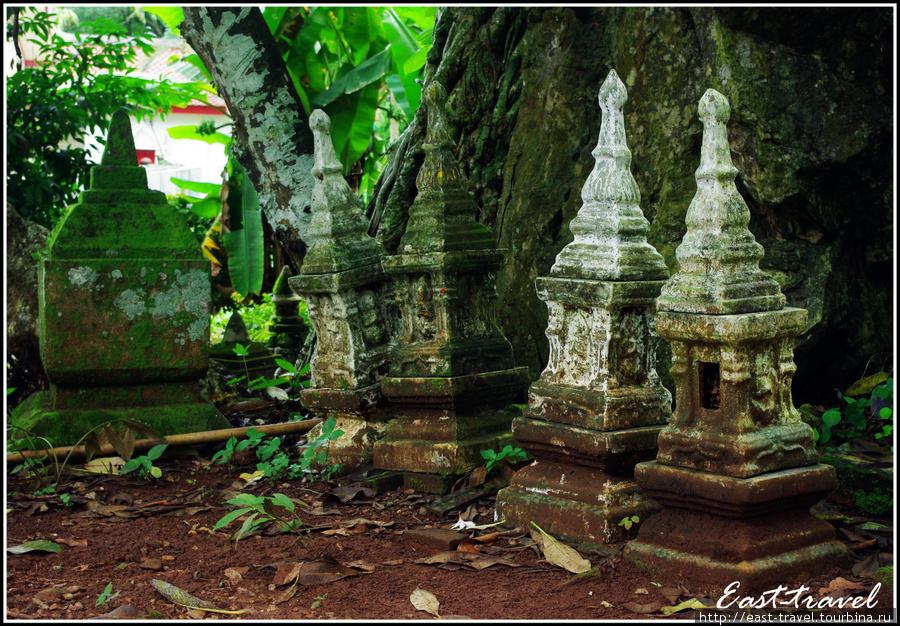 Мне кажется, что это древние санпрапум — домики для духов