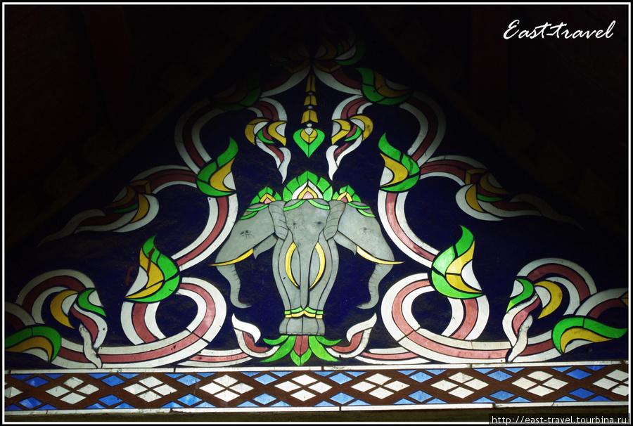 Изображение Айравата на одном из окон вата