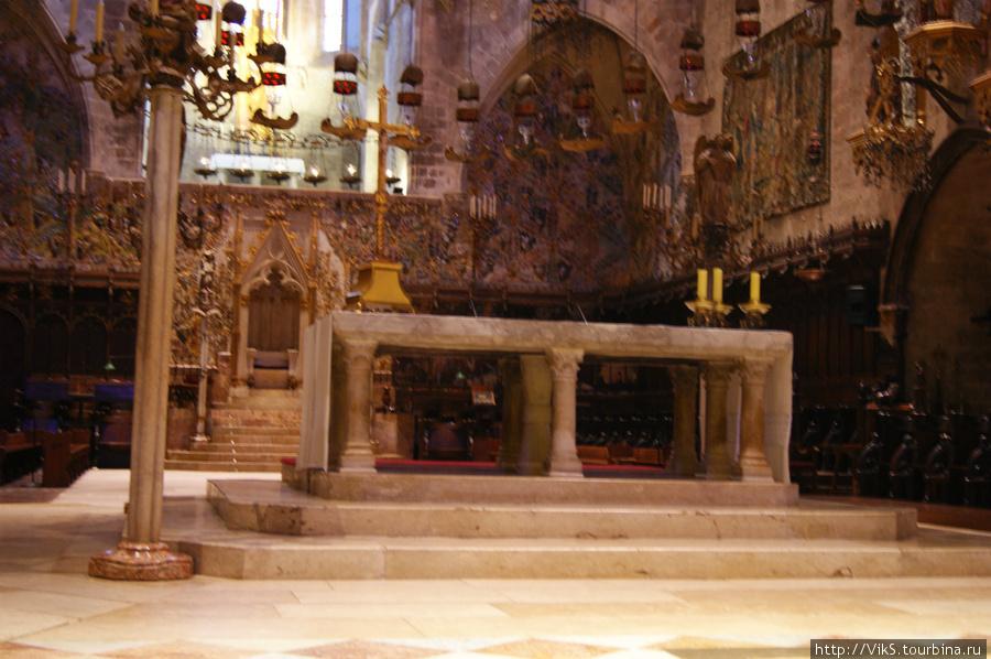 Кафедральная трибуна — тоже творение рук (или разума) Гауди