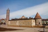 Перенесемся на улицы города. Это центральная мечеть Эрзурума Ulu Cami. Построенная в 1179 году, она 5 раз подвергалась реконструкции и собственно от мечети XII века сохранились только центральный неф и стена, обращенная в сторону Мекки, с тремя михрабами.