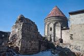 На заднем дворе Cifte Minareli Medresse располагается гробница, построенная в 1253 году сельджукским султаном Алаэддином II Кейкубадом для своей дочери. Вообще странно строить гробницу для своей дочери, она же будет помоложе султана. Да и честно говоря, возникают у меня сомнения, что эта башня относится к сельджутским постройкам, слишком она уж в Армянском стиле выполнена. Если я не прав, поправьте меня, пожалуйста.