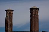 Над входом нависают два брата-близнеца минарета, построенные из красного кирпича, украшенного голубыми вставками.
