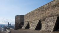 А это уже крепость с видом на юг, где расположен Cifte Minareli Medresse. Небольшая крепость прячет за каменными стенами пустую площадку, где ничего не осталось, кроме как разбросанных там и тут камней.