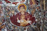 А вот в соседнем здании, которое называют пещерной церковью, начинаются красочные фрески. На территории монастыря находится большое количество фресок. Османское правление наложило свой отпечаток на внутренний вид Сумелы — некоторые из фресок не соответствуют каноническим правилам, но поэтому они становятся еще более уникальными. Здесь переплелись православие и восточный стиль.