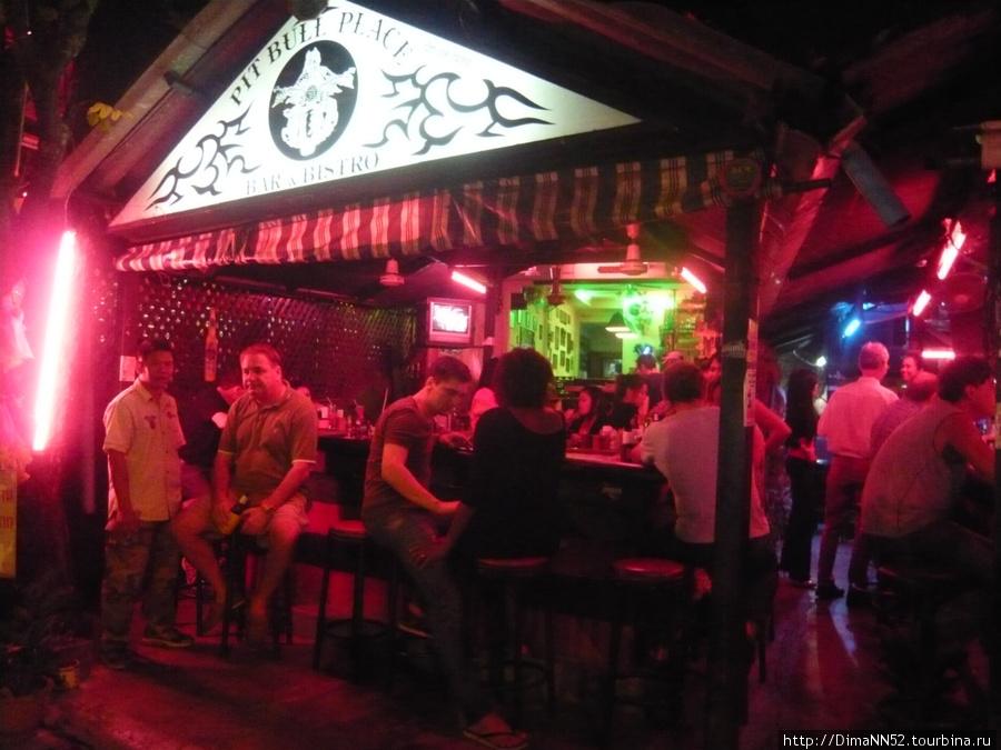 Naklua road находится в 30 метрах от отеля. На улице бары стоят один за другим.